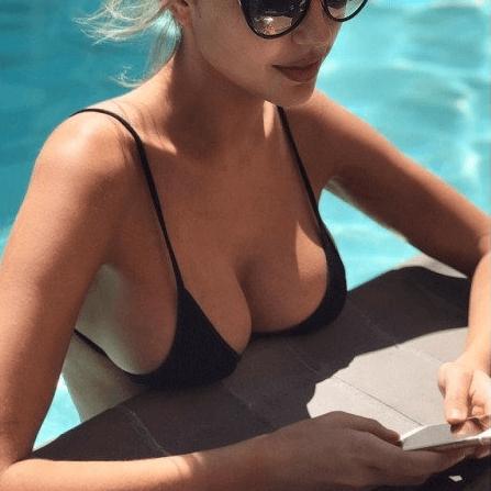 Frau im Pool mit großen Brüsten