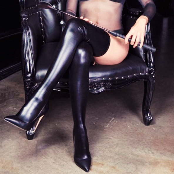 Domina oder Femdom auf Sessel
