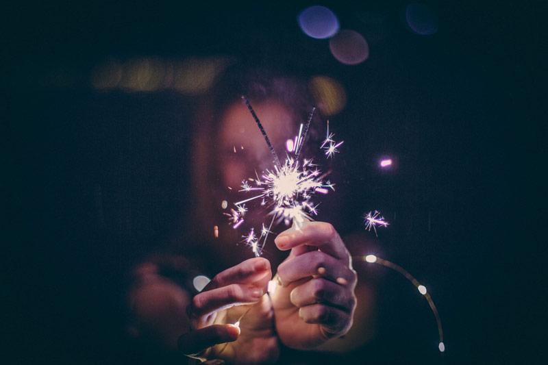 Frau mit Feuer in der Hand die Silvester im Bordell feiert